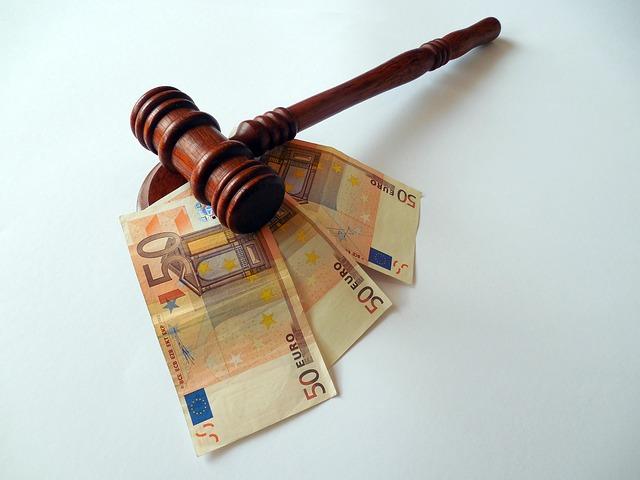 kara - banknoty i młotek sędziowski