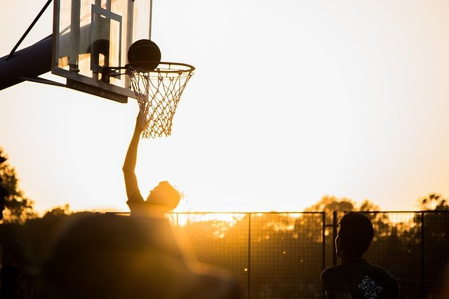 wrzucanie piłki do kosza koszykarskiego
