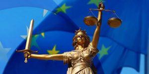 temida na tle flagi UE